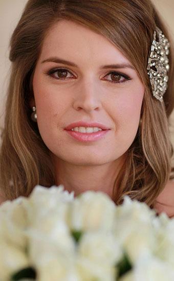 Bride with a natural makeup with a hair accessory